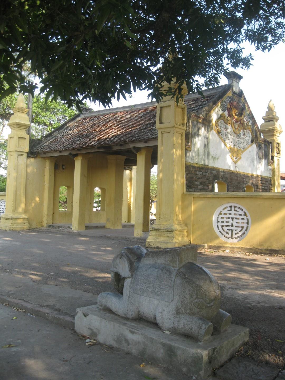 [Cổ vật tinh hoa: http://covattinhhoa.vn/] Tượng voi trấn giữ trước tam quan chùa Keo làng Hành Thiện (Xuân Trường, Nam Định. Ảnh: Trần Văn Quyến.