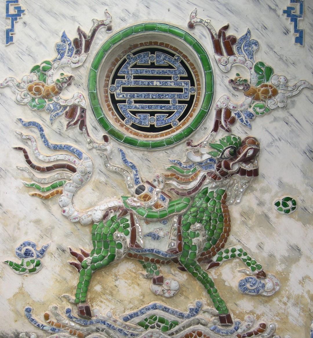 [Cổ vật tinh hoa: http://covattinhhoa.vn/] Đồ án Long mã và chữ Thọ trên tường đình làng Lại Thế, Huế. Ảnh: T.Đ.A.S.